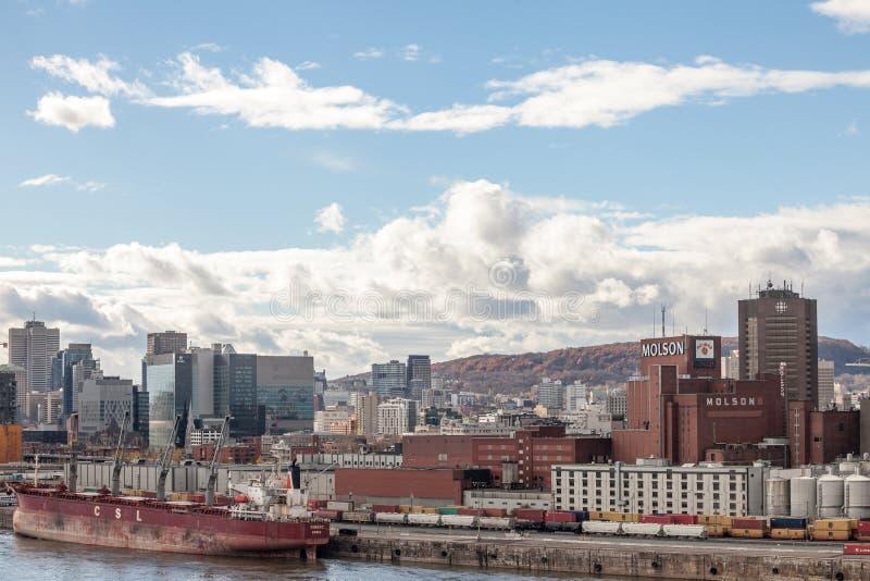 Molson-Brauerei u. ein Frachtschiff im Industriehafen von Montreal, Quebec, mit den Skylinen und dem Mittelgeschäftsgebiet stockfoto