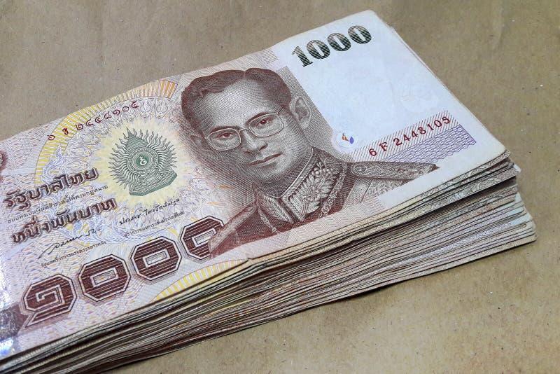 Molta banconota della Tailandia da 1.000 baht disposta su carta marrone fotografie stock libere da diritti