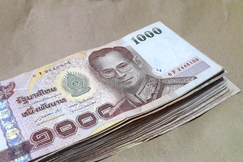 Molta banconota della Tailandia da 1.000 baht disposta su carta marrone fotografia stock