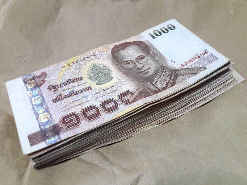 Molta banconota della Tailandia da 1.000 baht disposta su carta marrone immagini stock