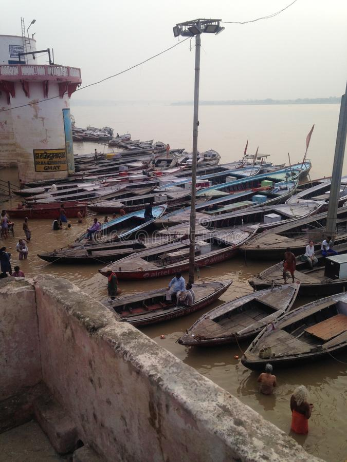 Molta gente che bagna nel Gange a Varanasi santa nel settembre 2016 fotografia stock