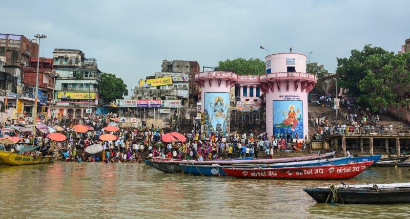 Molta gente che prende acqua sul fiume santo di Gange a Varanasi, India fotografia stock