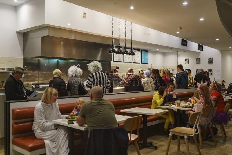 Molta gente con il cliente che mangia in un ristorante - Hollywoo ad ovest immagini stock libere da diritti