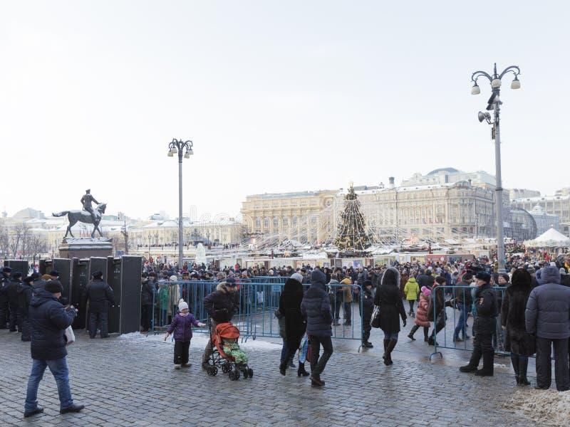 Molta gente nel Natale sul quadrato di Manezh fotografia stock