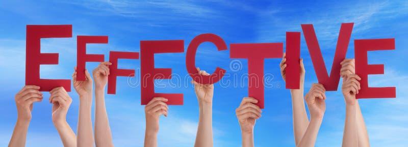 Molta gente passa la tenuta della parola rossa efficace cielo blu fotografie stock libere da diritti