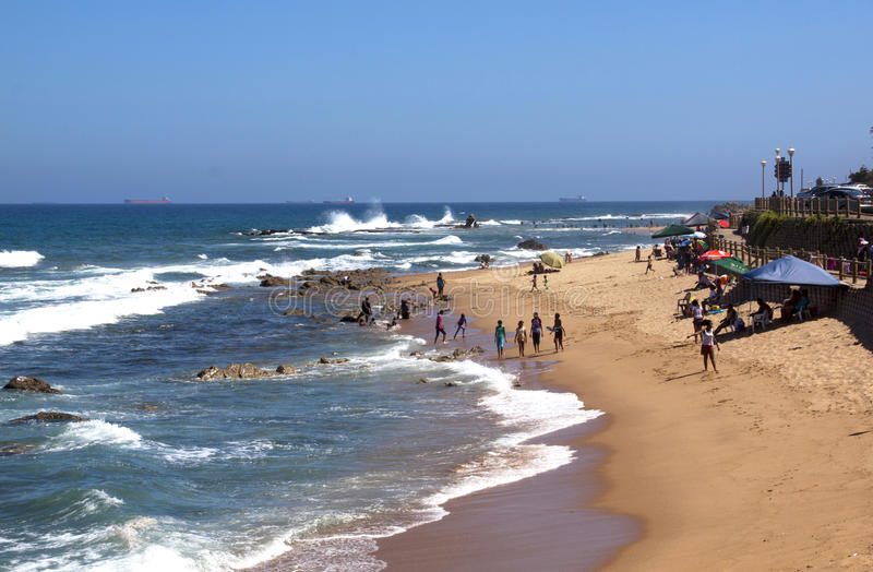 Molta gente sconosciuta sulla spiaggia di Umdloti vicino a Durban fotografie stock libere da diritti