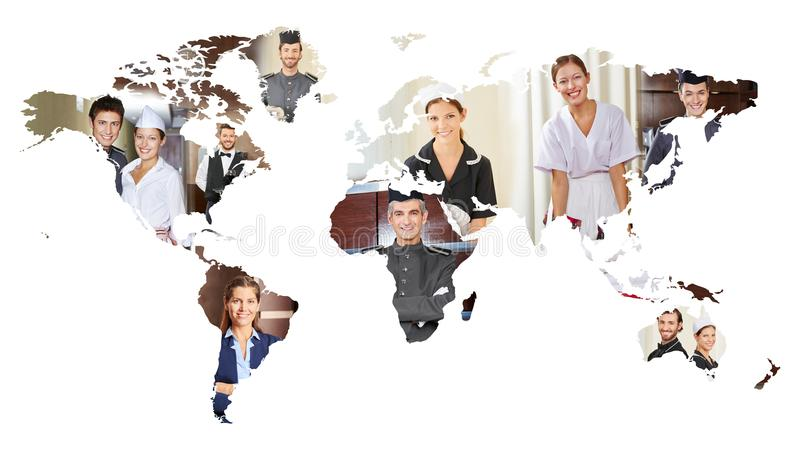 Molta gente sorridente di servizio sulla mappa di mondo fotografia stock libera da diritti