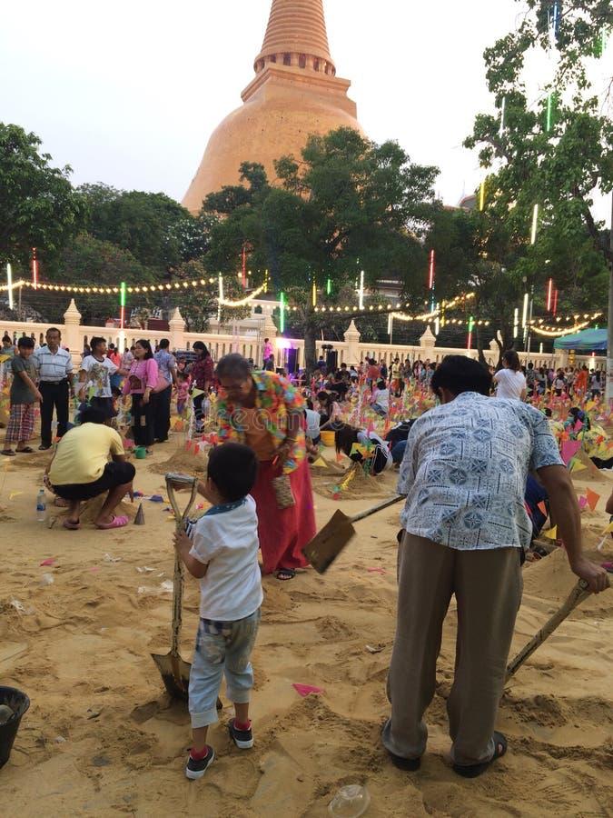 Molta gente sta costruendo il castello della sabbia nel festival di Songkran in Tailandia fotografie stock