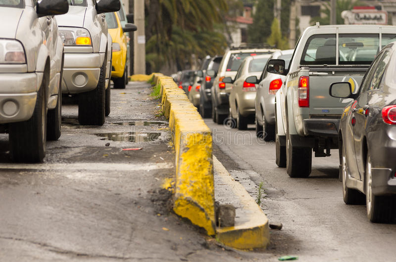 Molte automobili nel concetto della città della via di traffico fotografia stock libera da diritti