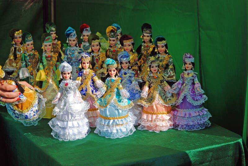 Molte bambole sulla tavola immagine stock