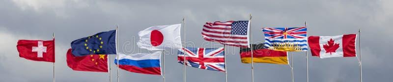 Molte bandiere di paese nel vento immagine stock