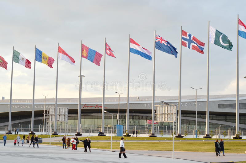 Molte bandiere luminose contro cielo blu fotografie stock libere da diritti