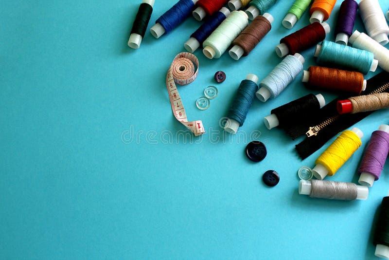 Molte bobine dei fili hanno sparso sulla tavola fotografia stock libera da diritti