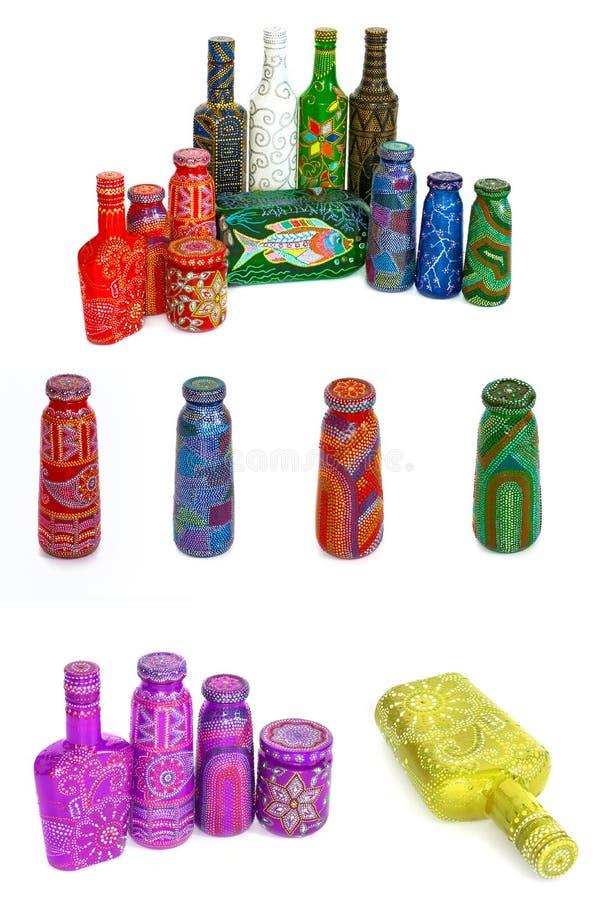 Molte bottiglie differenti, punto dipinto dipinto su fondo isolato immagini stock libere da diritti