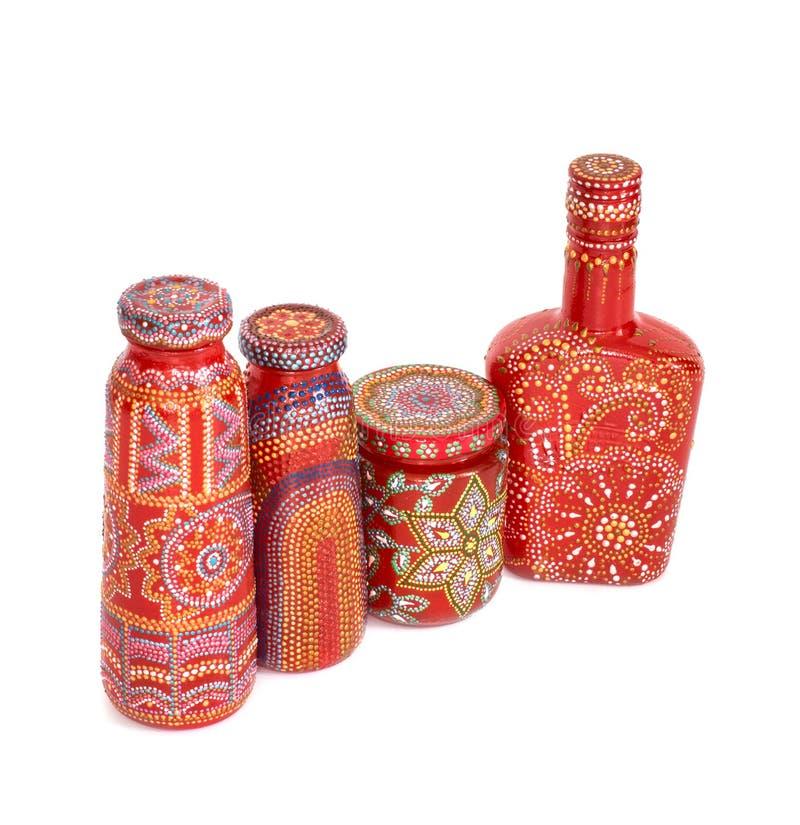 Molte bottiglie differenti, punto dipinto dipinto su fondo isolato fotografia stock libera da diritti