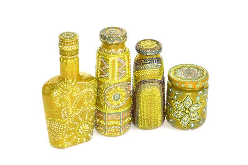 Molte bottiglie differenti, punto dipinto dipinto su fondo isolato fotografie stock