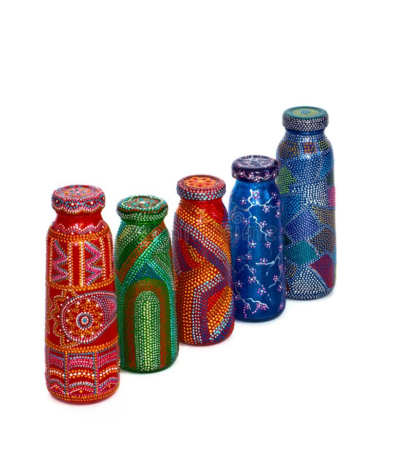 Molte bottiglie differenti, punto dipinto dipinto su fondo isolato immagini stock