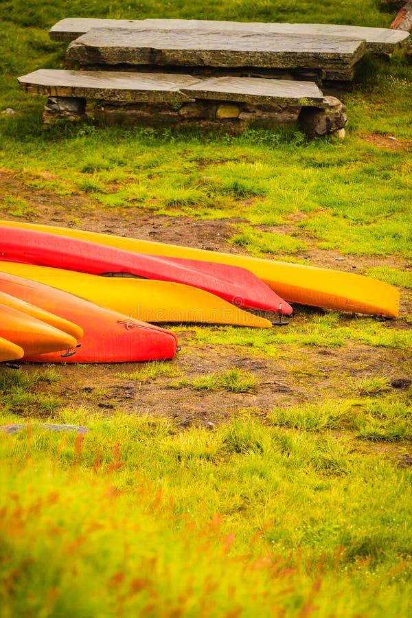 Molte canoe all'aperto immagini stock