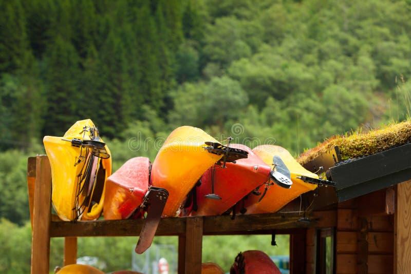 Molte canoe dei kajak all'aperto fotografia stock libera da diritti