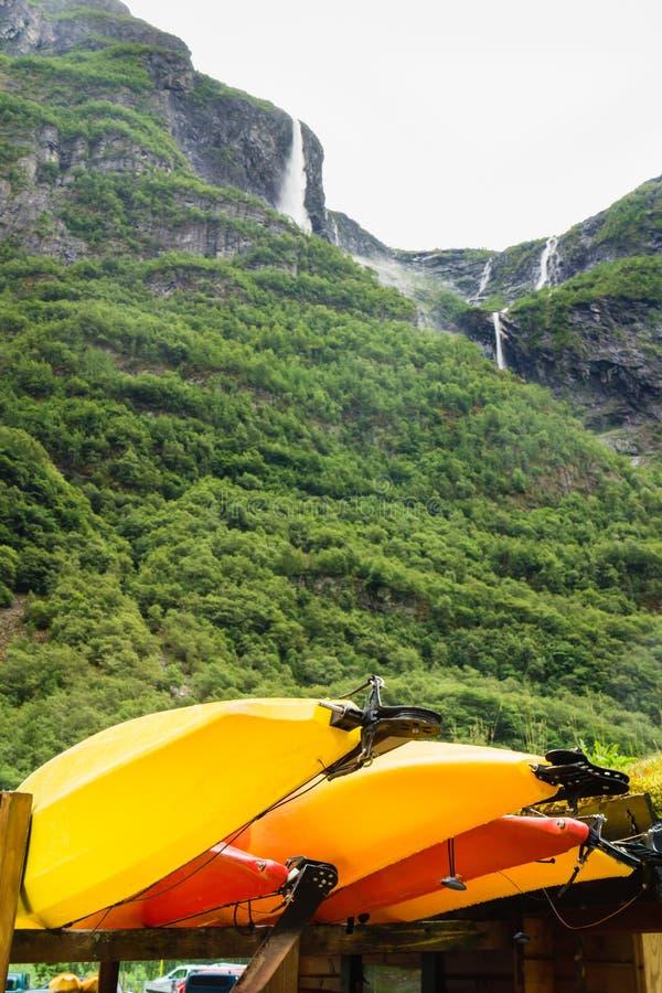 Molte canoe di giallo all'aperto immagine stock libera da diritti
