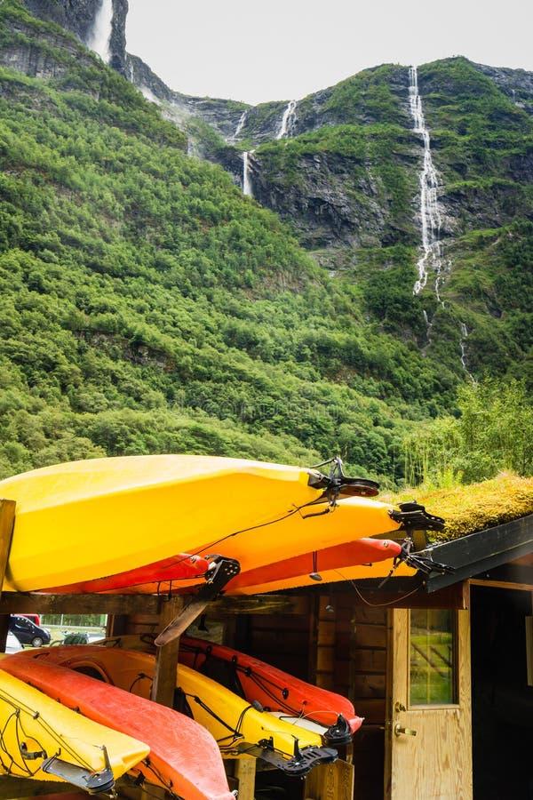 Molte canoe di giallo all'aperto fotografia stock libera da diritti