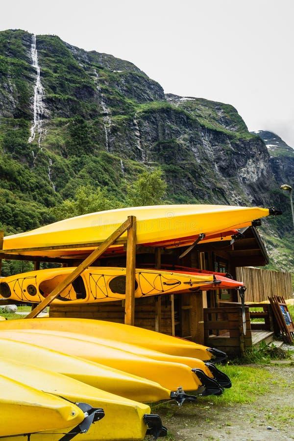 Molte canoe di giallo all'aperto immagini stock