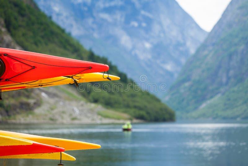 Molte canoe sulla riva norvegese del fiordo fotografia stock