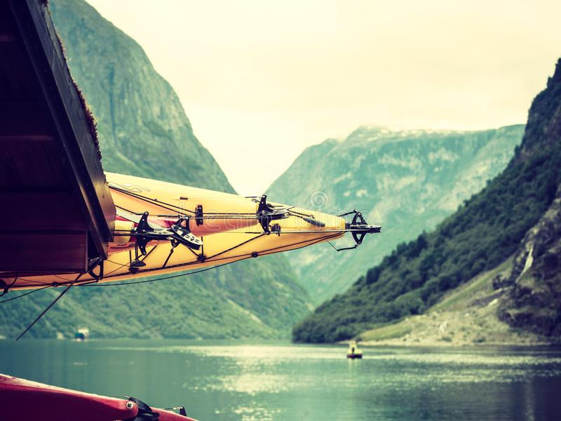 Molte canoe sulla riva norvegese del fiordo immagini stock