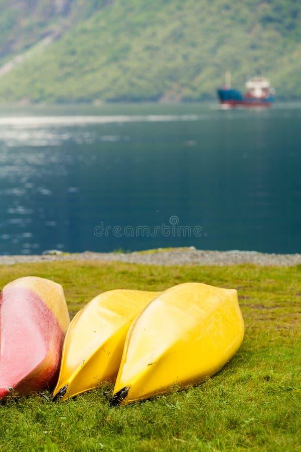 Molte canoe sulla riva norvegese del fiordo fotografia stock libera da diritti
