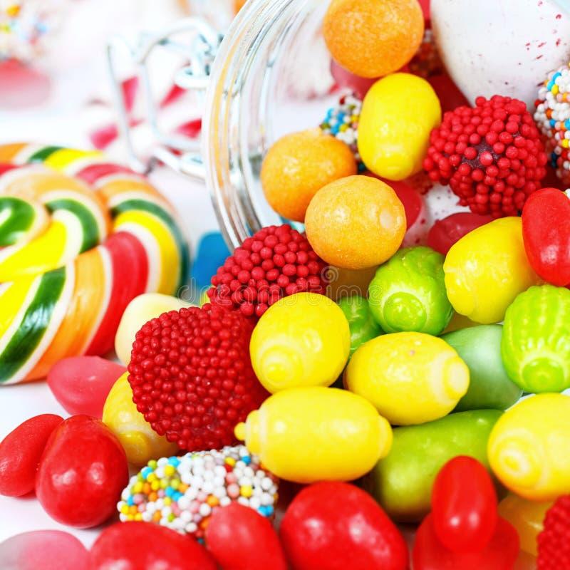 Molte caramelle variopinte differenti e gomma da masticare immagini stock