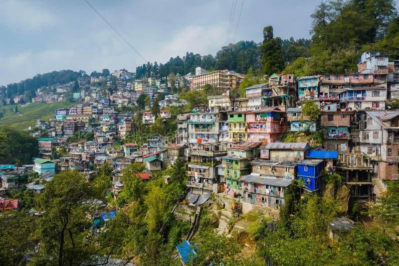 Molte case sulla montagna Città di Darjeeling L'Himalaya, India immagine stock