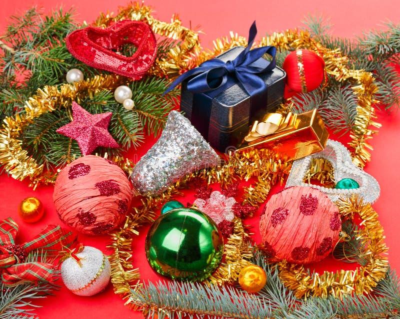 Molte decorazioni differenti di natale su colore rosso fotografia stock libera da diritti