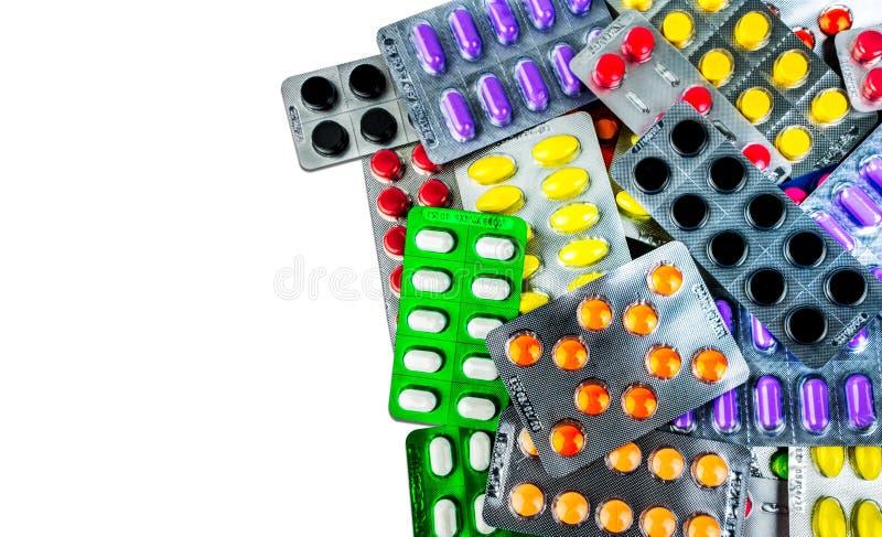 Molte delle pillole della compressa isolate su fondo bianco Pillole gialle, porpora, nere, arancio, rosa, verdi della compressa i fotografia stock libera da diritti