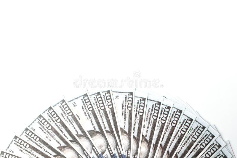 Molte fatture di 100 dollari, banconota americana, fondo bianco con il primo piano di valuta dei contanti dei soldi, il fronte de immagini stock
