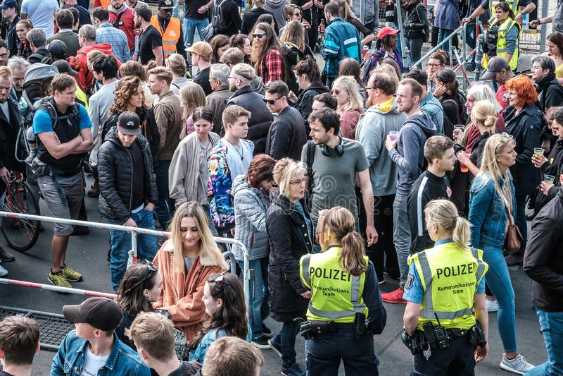 Molte gente e donne della polizia all'entrata al fest della via sulla festa del lavoro a Berlino, Kreuzebrg fotografia stock libera da diritti