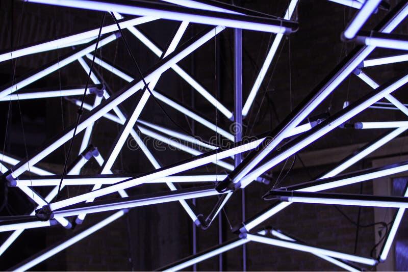 Molte lampade fluorescenti, incrocio, commutatore ad una bella e progettazione moderna immagini stock