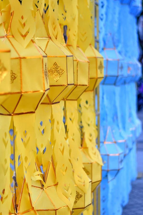 Molte lanterne gialle e blu che appendono nel festival del krathong di Loy immagine stock