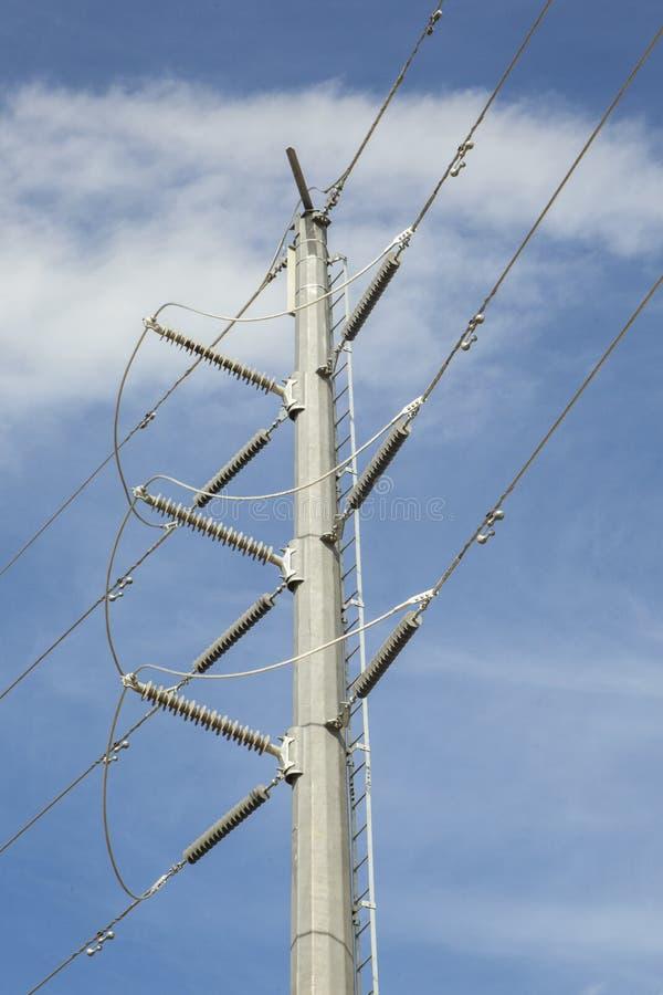 Molte linee elettriche ad alta tensione su un fondo del cielo blu immagini stock