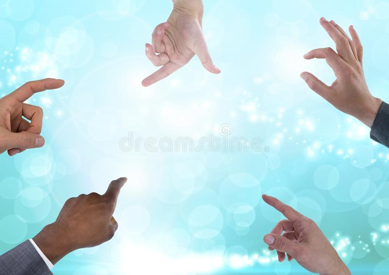 Molte mani che toccano le luci magiche astratte scintillanti fotografie stock