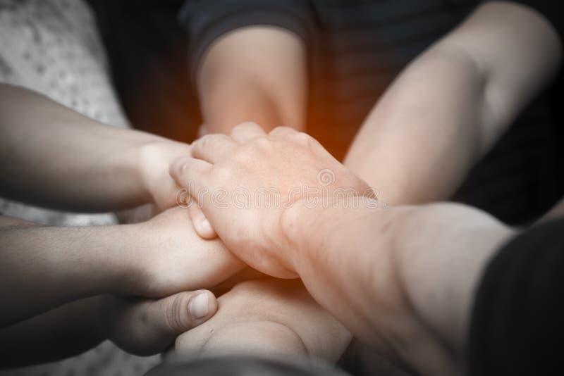 Molte mani diritte della gente insieme nel campo prima di iniziare il gioco della concorrenza fotografie stock