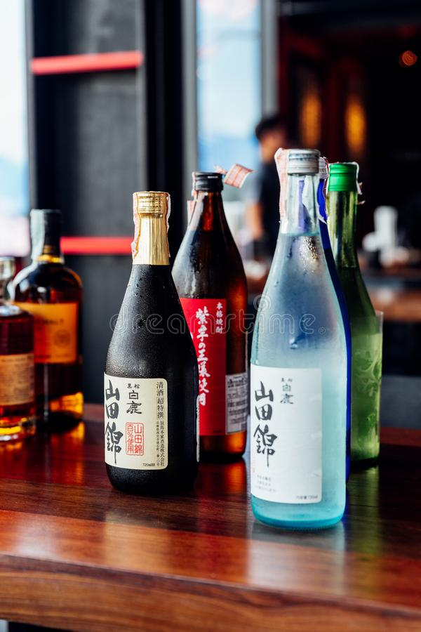 Molte marche importanti e secondarie di liquori giapponesi stanno includendo la birra, la causa, gli alcoolici e il umeshu in ris immagini stock