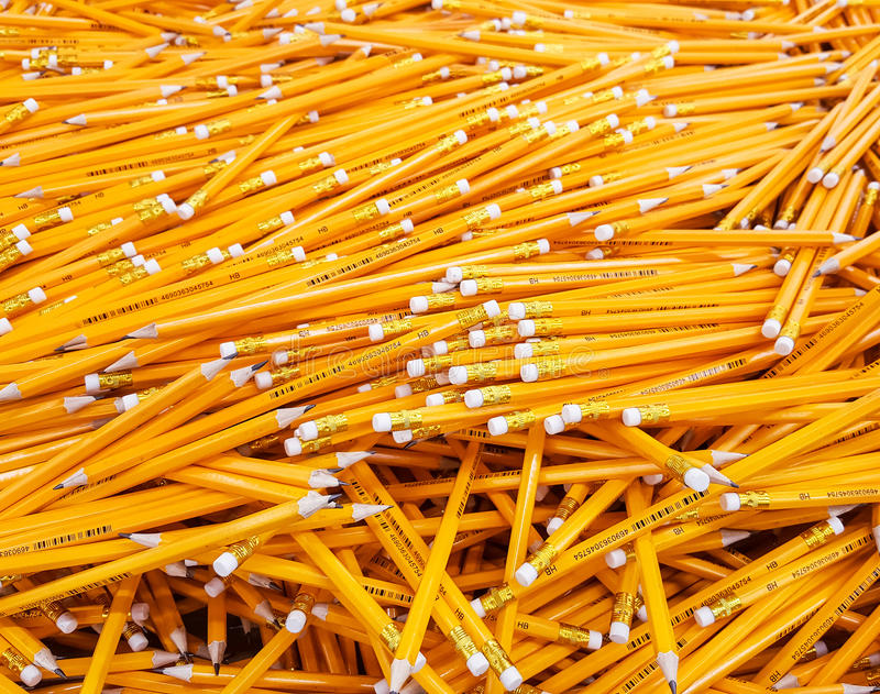 Molte matite accatastate in un grande mucchio fotografie stock