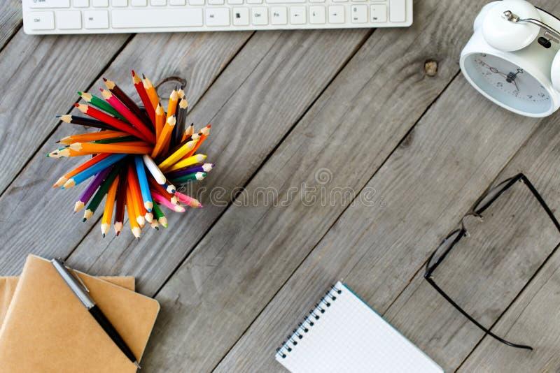 Molte matite colorate differenti sul desktop di legno fotografia stock