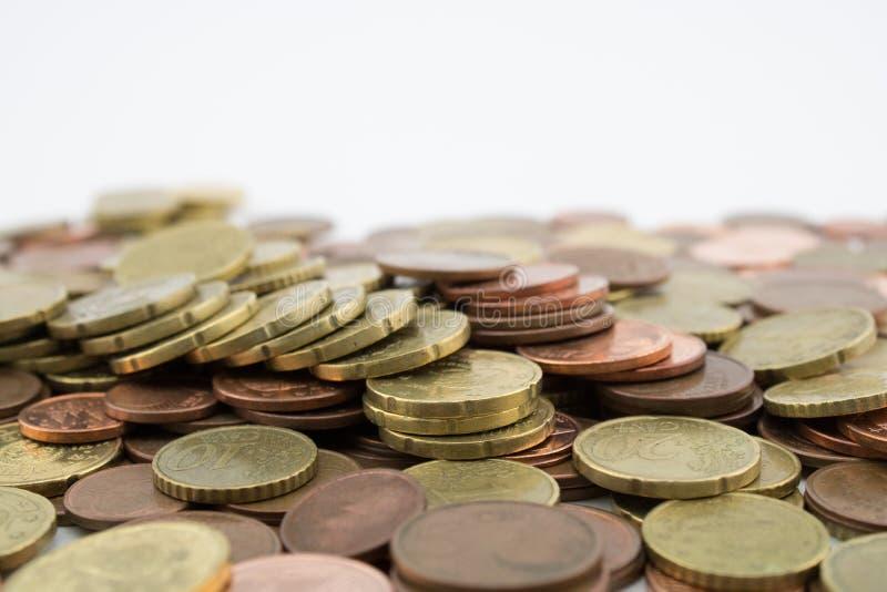 Molte monete degli euro centesimi su fondo bianco risparmio immagine stock libera da diritti