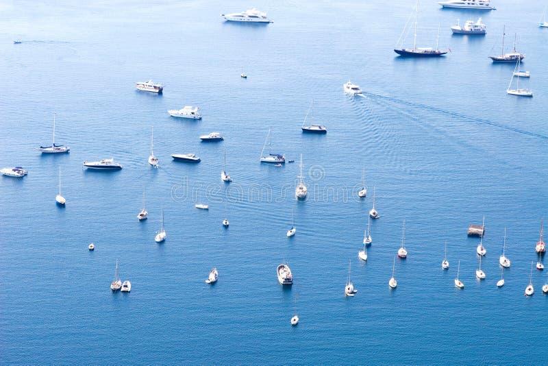 Molte navi in un mare fotografie stock libere da diritti