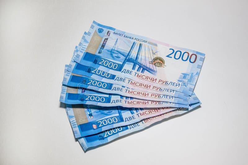Molte nuove banconote sono di due mila rubli russe fotografia stock