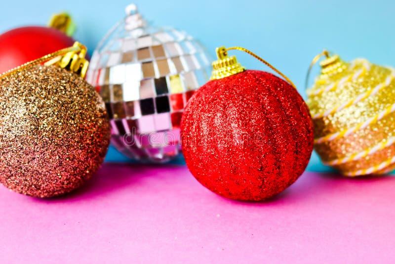 Molte palle festive decorative di Natale di natale di Natale brillante multicolore differente belle, fondo dei giocattoli dell'al fotografie stock