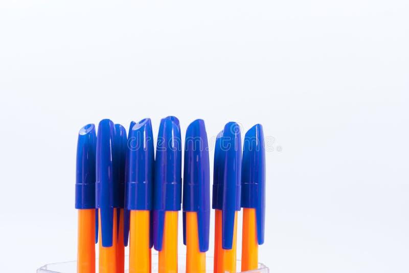Molte penne a sfera su un fondo bianco immagine stock libera da diritti