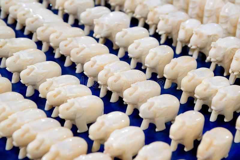 Molte piccole figurine dell'elefante bianco da vendere immagini stock libere da diritti