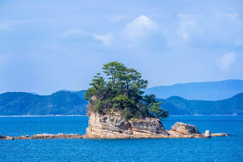 Molte piccole isole sopra l'oceano blu nel giorno soleggiato, isole famose Kujukushima99 imperlano l'isolotto della località di s fotografia stock